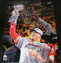 Patrick Mahomes A Signé Kansas City Chiefs Super Bowl LIV Trophy 16x20 Photo Bas